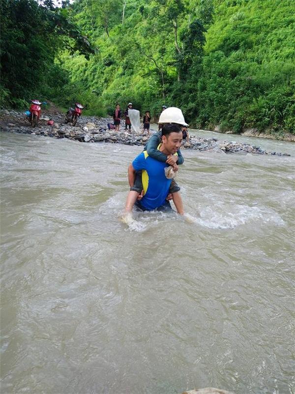 ThầyTrườngcõng gần chục em học sinh băng qua suối.(Ảnh: Internet)