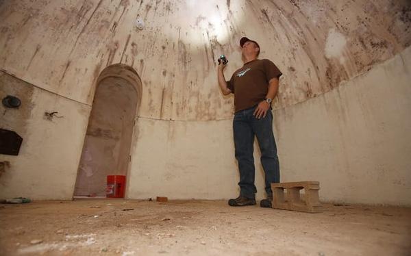 Hầm trú bom mà người đàn ông phát hiện trong lúc bị kẹt ở cánh cửa dẫn xuống bên dưới.