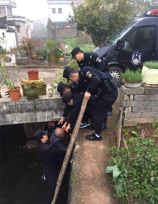 Cảnh sát nhanh chóng giải cứu người đàn ông đáng thương khỏi ống cống.