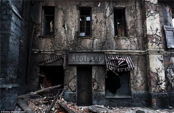 Thị trấn ma hoang tàn này là một phim trường được thiết kế để tái hiện lại sự tàn phá của cuộc chiến tranh thế giới thứ 2.