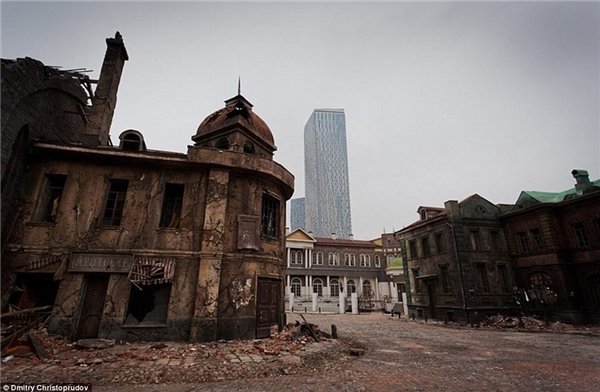 Những bộ phim với đề tài lịch sử được quay tại đây đều phải làm mờ hình ảnh các tòa nhà chọc trời hiện ra phía xa.