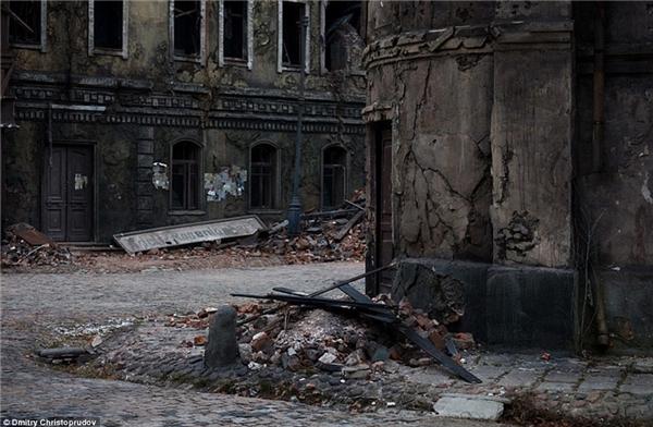 Đường phố được rải rác những mảnh vỡ, còn các tòa nhà được nhuộm đen bằng tro.