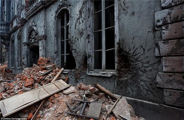 Quang cảnh được tái tạo chân thực với bờ tường đổ nát kèm những hố đen trên tường do bị súng lớn pháo kích.