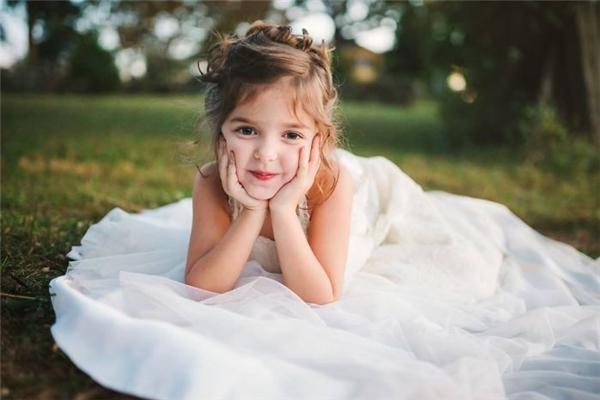 BéNora4 tuổi thực hiện bộ ảnh mặc lại váy cưới của mẹ để tưởng nhớmột năm ngày mẹ mất. (Ảnh: Internet)