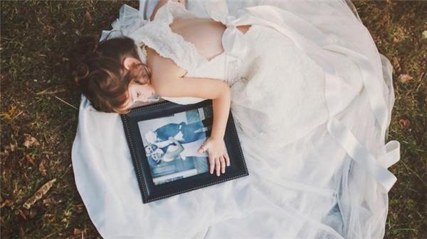 Dù còn nhỏ nhưng cô bé lại là người bị ảnh hưởng nhiều nhất sau sự ra đi của mẹ.(Ảnh: Internet)