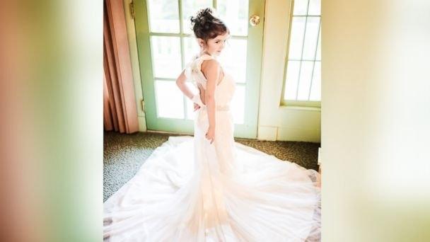 Cô bé xinh đẹp trong bộ váy cưới của mẹ.(Ảnh: Internet)