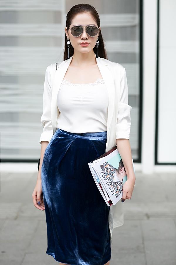 Sắc xanh thẫm được cân bằng độ sáng qua tông trắng tinh khôi, trẻ trung. Bộ trang phục vừa thanh lịch nhưng không kém phần gợi cảm bởi chiếc áo hai dây cùng chất liệu mỏng manh.