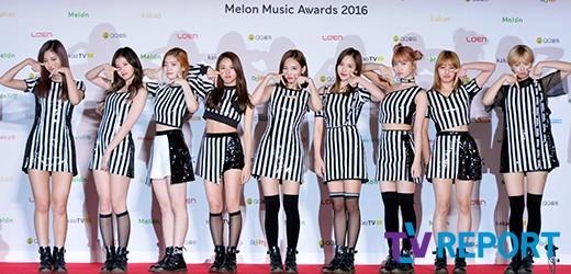 Các cô gái nhà JYP, Twice, tạo dáng trẻ trung và thực hiện vũ đạo TT nổi tiếng ngay trên thảm đỏ. Dù đã trở lại trước đó khá lâu nhưng họ vẫn đang oanh tạc mạnh mẽ và lập nên nhiều kỉ lục mới cho làng nhạc Kpop.
