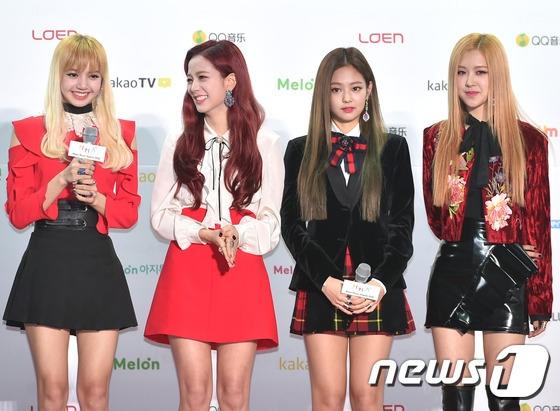 """Đúng với phong cách nhà YG, Black Pink khoe vẻ cá tính nhưng cũng rất dịu dàng trên thảm đỏ. Với thành tích """"khủng"""" trong thời gian qua, nhóm đã giành về giải thưởng Tân binh xuất sắc của năm."""