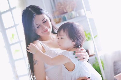 Trước khiđến vớiÁ Hân, Hồng Hảiđã từng có một mối tình với hot girl PhạmÝ Nhi, cả hai ngườiđã có với nhau một cô con gái.