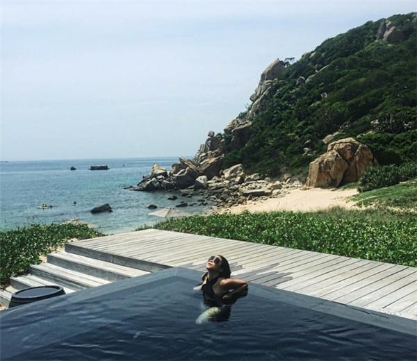 """Bạn có biết, Ninh Thuận còn nổi tiếng nhờ vào resort Amanoi xa xỉ sang chảnh, với giá phòng lên đến 100 triệu 1 đêm, thực sự sẽ đem lại cho bạn lần cảm giác nghỉ dưỡng """"sang chảnh"""" giữa thiên nhiên trong lành."""