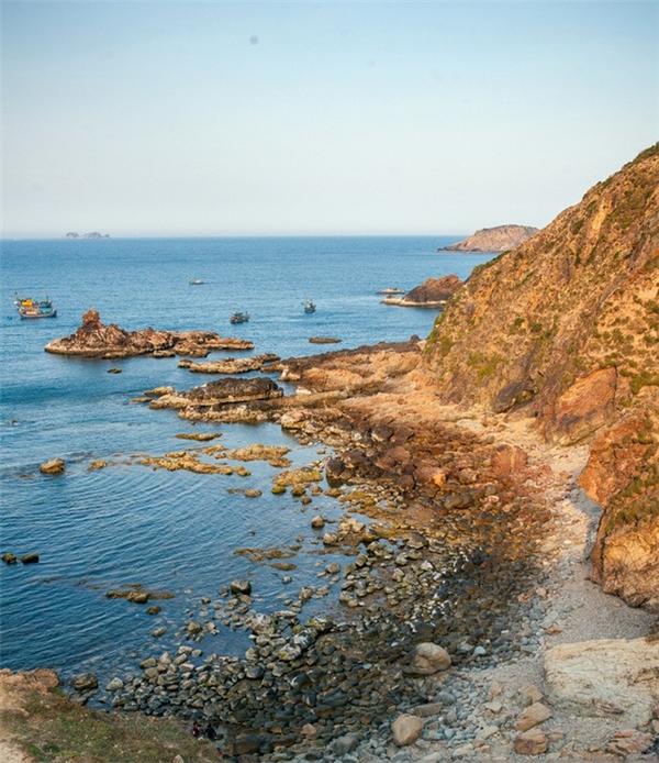 Con đường đến với biển thật hoang sơ.
