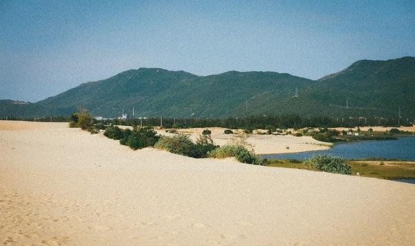 Nơi đây nổi tiếng với những bãi cát trải dài vô tận.