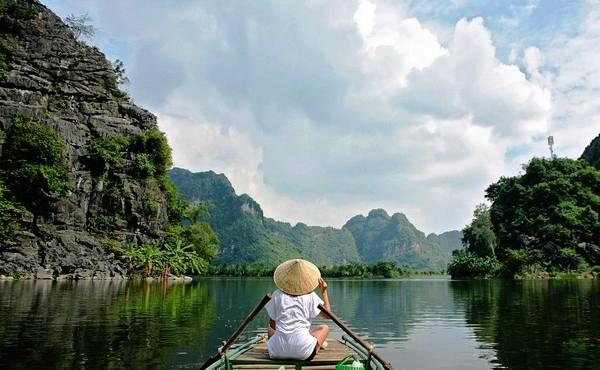 Dạo thuyền quanh Tràng An.