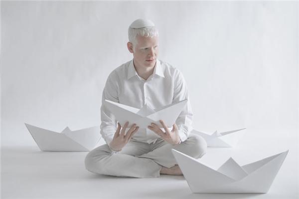 Eydan có vẻ rất thích những chiếc thuyền giấy.