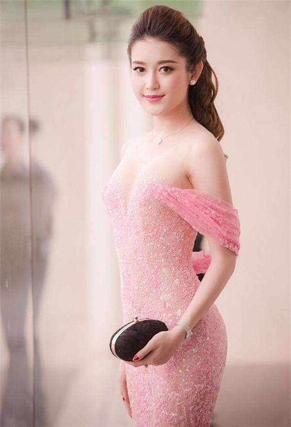Chiếc váy hồng nhạt của Á hậu Huyền My từng khiến người xem đỏ mặt bởi chất liệu mỏng manh, phần cúp ngực táo bạo. Tuy nhiên, khi nhìn kĩ, thiết kế được giữ an toàn bởi lớp lưới mỏng phủ quanh cầu vai.