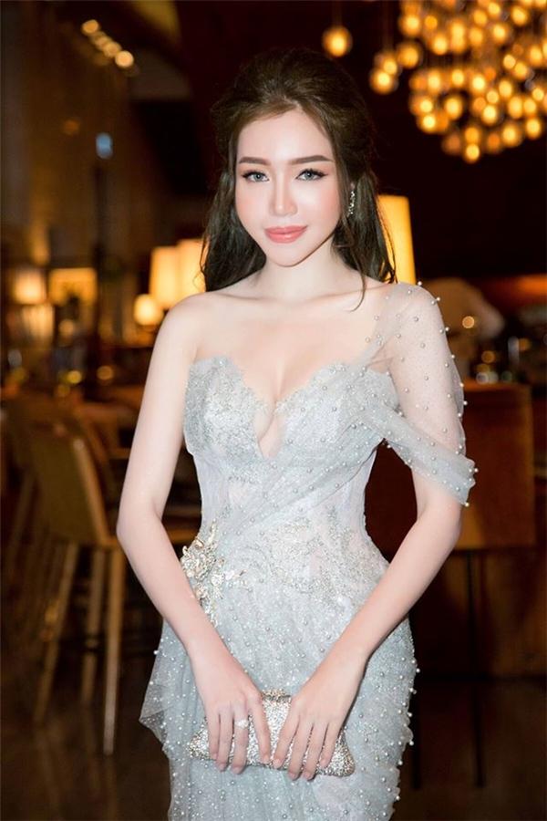 Sắc vóc nổi bật của Elly Trần càng thu hút hơn với tông xám bạc trẻ trung, phom áy ôm sát.