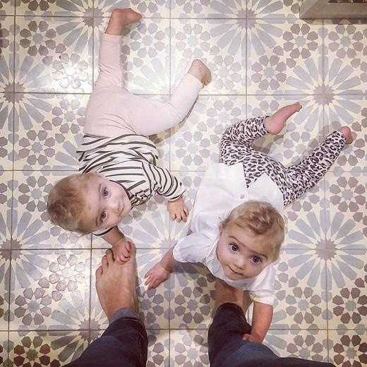 Cảm giác thật ngọt ngào khi các cô con gái luôn vây quanh chân bố phải không nào?