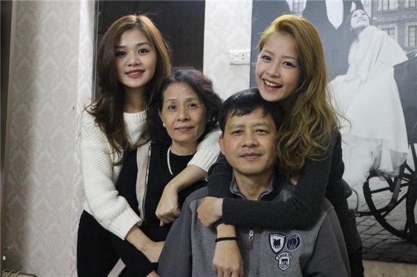 Bố mẹ Chi Pu rất nghiêm khắc trong việc nuôi dạy con cái. (Ảnh: FBNV) - Tin sao Viet - Tin tuc sao Viet - Scandal sao Viet - Tin tuc cua Sao - Tin cua Sao