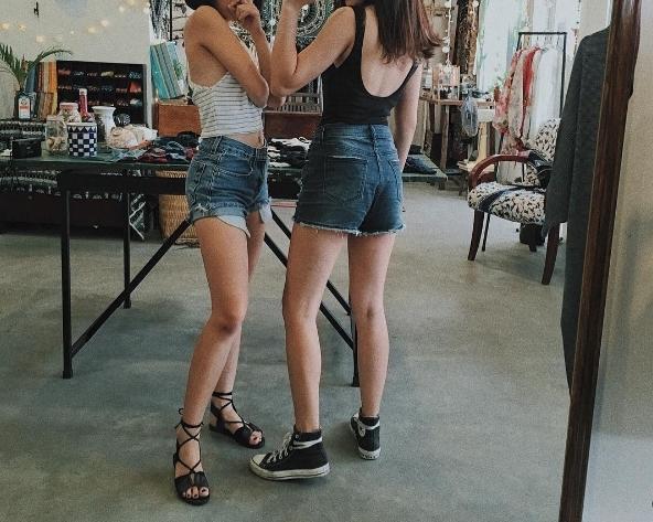 """Các nàng có thể dễ dàng mix quần short với áo phông, crop-top hoặc thậm chí cả sơ mi để códiện mạo bừng sángtrước """"giờ G""""."""
