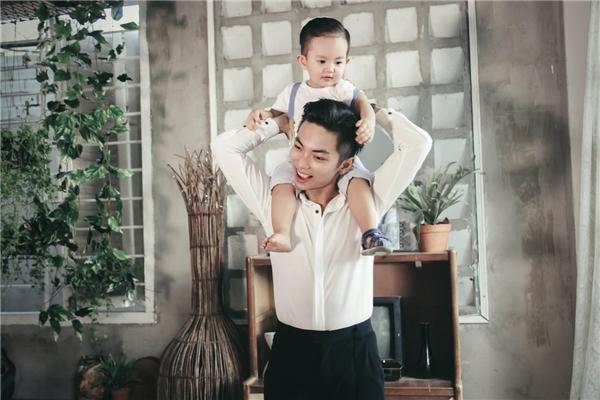 """Trong bộ ảnh mới thực hiện, gia đình nhỏ của Khánh Thi - Phan Hiển không cần diễn gì nhiều mà để mọi thứ tự nhiên trôi theo mạch cảm xúc. Khán giả có thể dễ dàng bắt gặp nụ cười hạnh phúc của """"nữ kiện tướng dancesport"""" bên cạnh chồng và con trai. - Tin sao Viet - Tin tuc sao Viet - Scandal sao Viet - Tin tuc cua Sao - Tin cua Sao"""