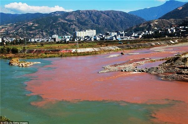 Hiện tại, các cơ quan chức năng vẫn chưa xác định được nguyên nhân khiến nước chuyển đỏ.