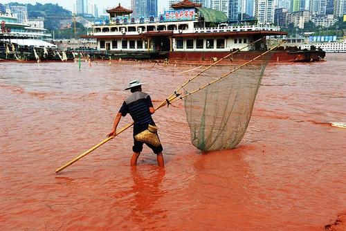 Năm 2012, tại Trùng Khánh, người dân nơi đây cũng từng chứng kiến cảnh tượng lạ lùng - một khúc sông Trường Giang bỗng ngả sang màu đỏ tươi như máu sau một đêm mà không có bất kì lời giải thích hợp lí nào được đưa ra.