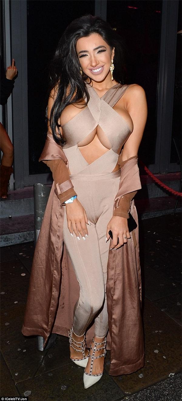 Tuy nhiên, bộ ngực của Chloe Khan lại khiến người xem ngộp thở và khá phản cảm khi diện trang phục xẻ quá bạo.