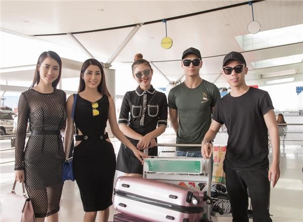 Kenbi Khánh Phạm cùng dàn chân dài có mặt ở sân bay rất sớm để bay qua Philipine.