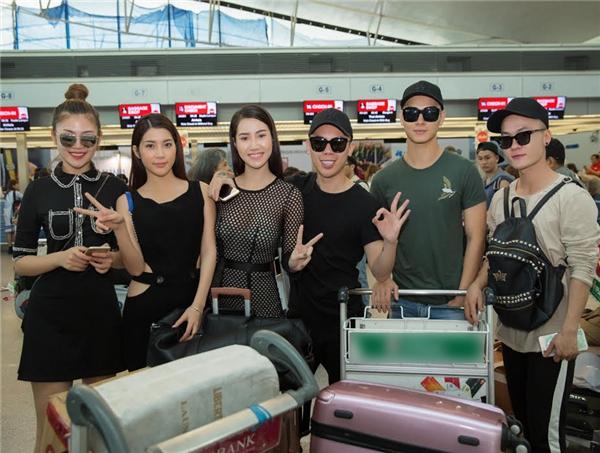 """Dàn """"chân dài"""" lên đường qua Philippines để ủng hộ Á khôi Hoàng Thu Thảo trong cuộc thi Hoa hậu Châu Á Thái Bình Dương."""
