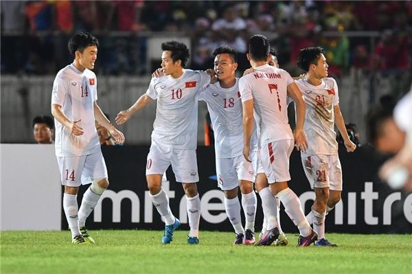 Văn Quyết(áo số 10)đã giúp Việt Nam mở tỉ số đầu tiên trong trận đấu với Myanmar.(Ảnh: Internet)
