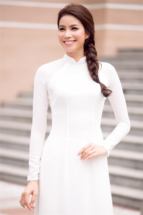 Vừa qua, Phạm Hương đã có chuyến thăm và trao tiền ủng hộ cho trường cao đẳng mà cô từng theo giảng dạy. Người đẹp 25 tuổi cuốn hút mọi ánh nhìn với tà áo dài trắng tinh khôi, nhẹ nhàng.
