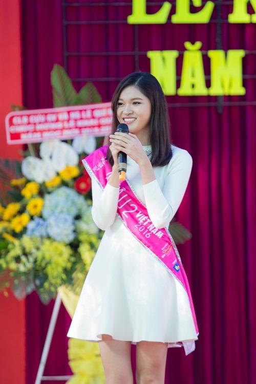 Mỹ nhân Việt duyên dáng với áo dài ngày về thăm trường