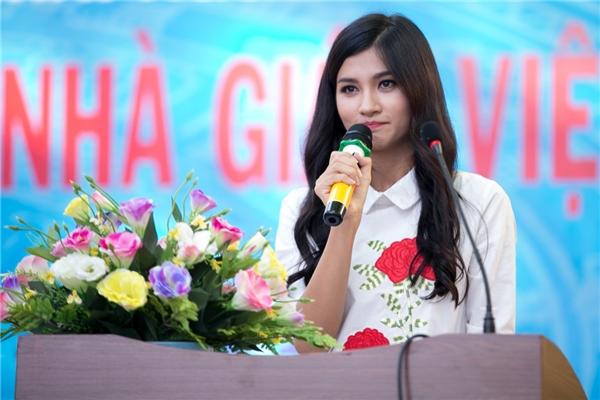 Cô nhanh chóng được sự chú ý và chào đón nồng nhiệt tại đây, mang đến cho nữ diễn viên nhiều cảm xúc với bao kỷ niệm tại mái trường này. - Tin sao Viet - Tin tuc sao Viet - Scandal sao Viet - Tin tuc cua Sao - Tin cua Sao