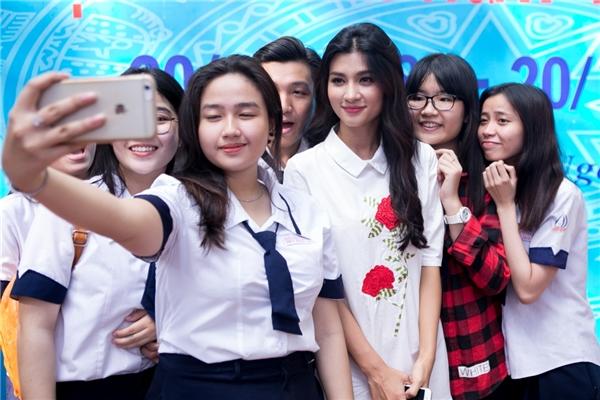 Với hình ảnh dễ thương gần gũi, Kim Tuyến nhận được sự yêu mến từ các học sinh. - Tin sao Viet - Tin tuc sao Viet - Scandal sao Viet - Tin tuc cua Sao - Tin cua Sao