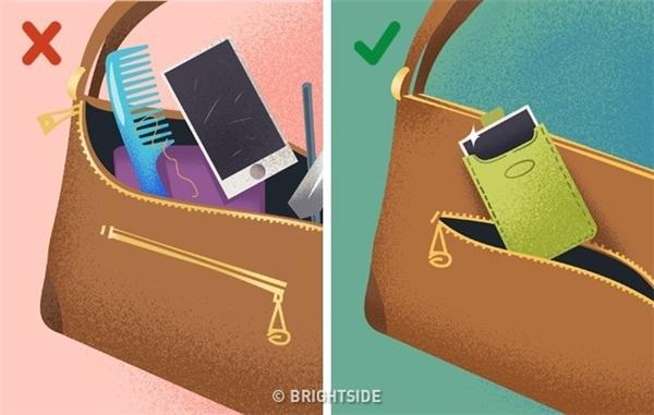Hãy cất chiếc smartphone vào một ngăn riêng biệt để bụi và các chất dơ không xâm nhập vào được.