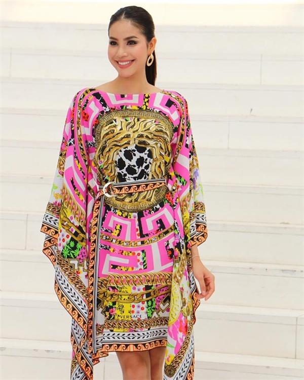 Diện áy hàng hiệu của Versace nhưng Phạm Hương nhận nhiều ý kiến trái chiều bởi phom dáng rộng khiến cơ thể cô như bị lọt thỏm. Ngoài ra, loạt họa tiết đan lồng vào nhau khiến người xem bị rối mắt.