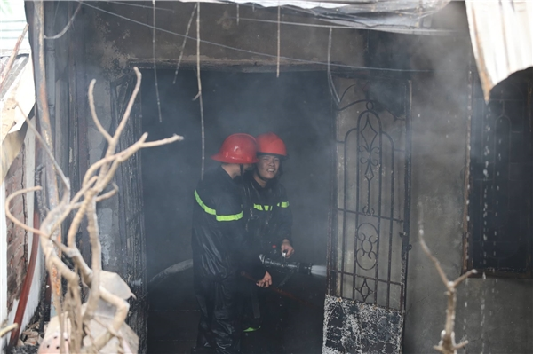 Ngay sau khi nhận được thông tin, lực lượng cứu hỏa đã có mặt tại hiện trường để khống chế ngọn lửa.