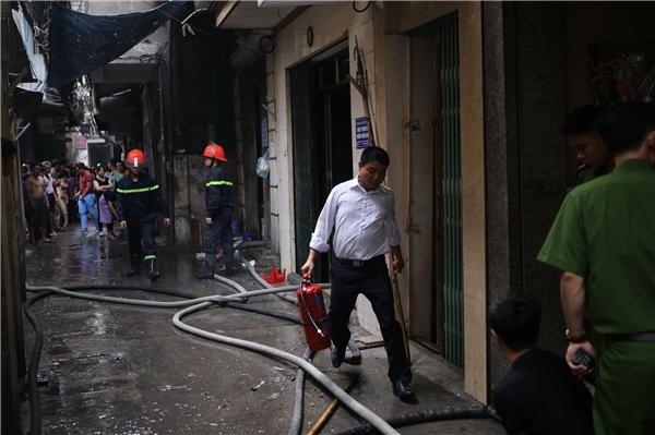 Khoảng gần 12h, vụ hỏa hoạn đã cơ bản được khống chế, lực lượng chức năng tiếp tục phun nước làm mát.
