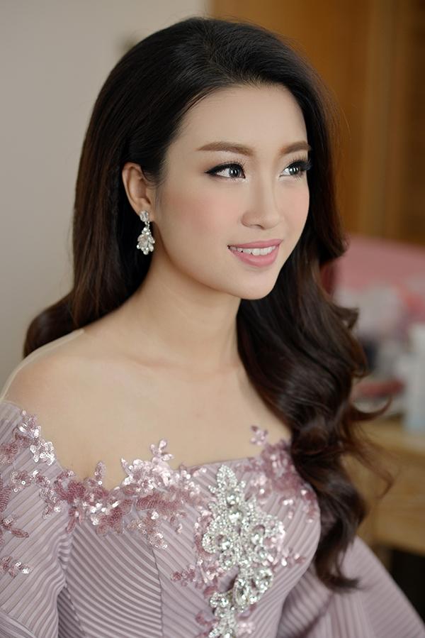 Hoa hậu Đỗ Mỹ Linh tất bật chạy show ngày cuối tuần