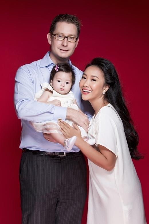 Con gái Đoan Trang sở hữu nét đẹp lai cực dễ thương với đôi mắt to tròn, thông minh. - Tin sao Viet - Tin tuc sao Viet - Scandal sao Viet - Tin tuc cua Sao - Tin cua Sao