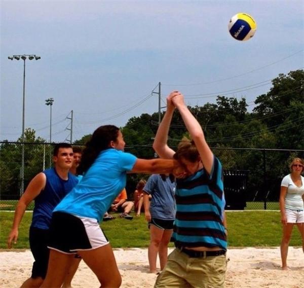 Rủ bạn gái đi chơi bóng chuyền với lũ bạn và cái kết đắng lòng.