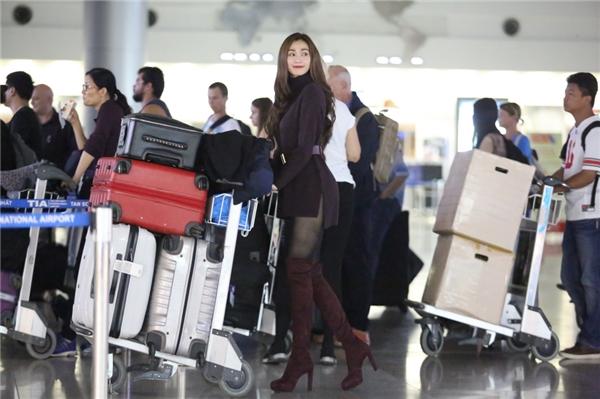Người đẹp mang theo 5 vali hành lý gồm các bộ trang phục cầu kỳ đặt may từ các nhà thiết kế trong nước và phụ kiện hoành tráng. - Tin sao Viet - Tin tuc sao Viet - Scandal sao Viet - Tin tuc cua Sao - Tin cua Sao