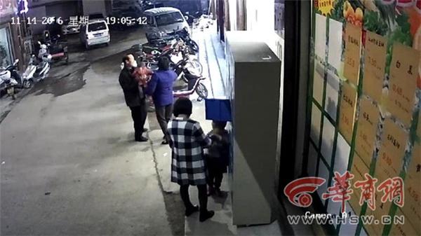 Hình ảnh 2 mẹ con ra lấy đồ tại tủ sắtđược camera ghi lại.