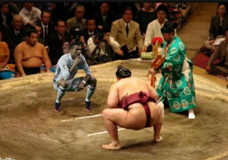 Chuẩn bị tư thế cho trận chiến với võ sĩ Sumo.(Ảnh: internet)