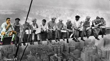 Cùng đồng nghiệp ngồi suy tư trên một công trình cao đang xây dựng. (Ảnh: internet)