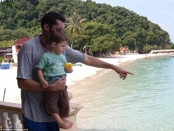 Alfred và bố tại Kapas, Indonesia.