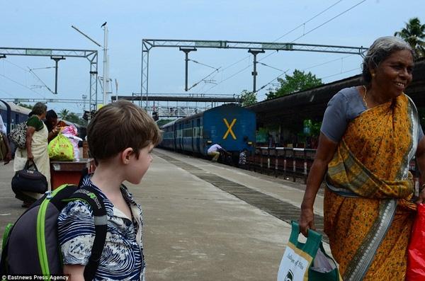 Cậu bé cũng từng ghé đến Kerala, Ấn Độ.