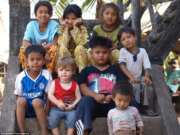 Alfred lúc này chỉ mới16 tháng tuổi chụp ảnh chung với những đứa trẻ bản xứ người Campuchia.
