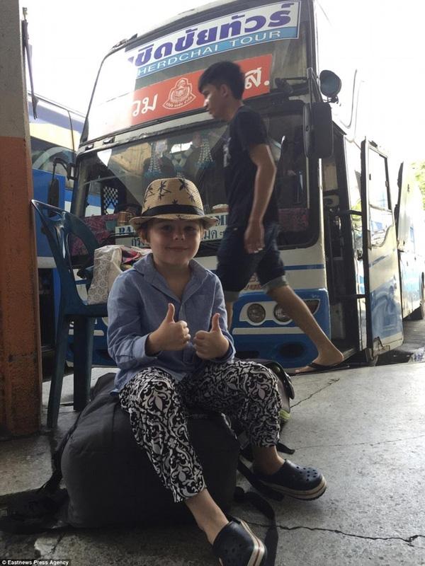 Alfred tại trạm xe buýt ở Bangkok, Thái Lan.